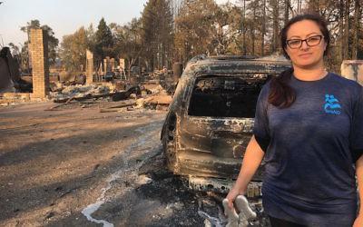 Niveen Rizkalla, une bénévole d'IsraAID, à Santa Rosa, en Californie, après les incendies d'octobre 2017. (Crédit : IsraAID)