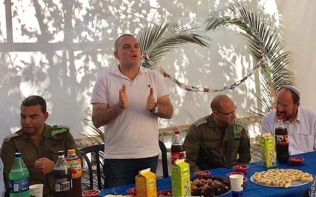 Le maire d'Efrat et militant pro-implantation Oded Revivi s'exprime lors d'un rassemblement israélo-palestinien dans sa Soucca d'Efrat, le 11 octobre 2017 (Crédit : Conseil de Yesha)