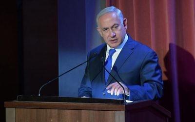 Le Premier ministre Benjamin Netanyahu pendant la première convention des journalistes chrétiens à Jérusalem organisée par le bureau de presse du gouvernement, le 15 octobre 2017. (Crédit : Amos Ben-Gershom/GPO)