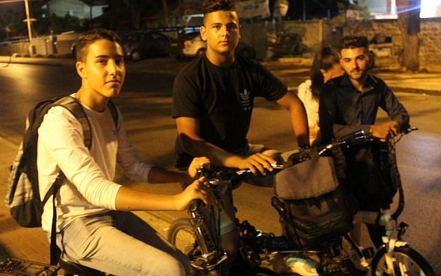 """Des adolescents patrouillent à Hadera pour trouver des clowns dans un contexte de rumeurs affirmant que ces farceurs inspirés par le film """"Ca"""" devaient frapper la ville, le 4 octobre 2017 (Crédit : Ben Hartman)"""