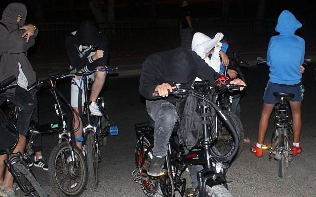 Les adolescents sur des vélos électriques patrouillent pour surveiller les clowns à proximité du Parc Kaplan (Gan Kaplan) à Hadera, le 4 octobre 2017 (Crédit : Ben Hartman)