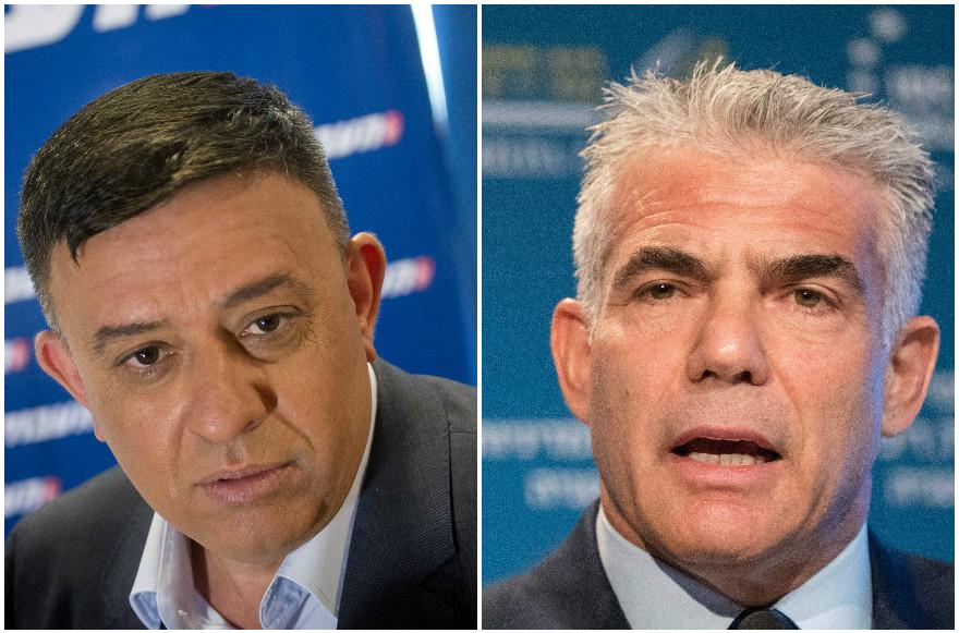 Le leader travailliste Avi Gabbay, à gauche, lors d'une conférence de presse à Tel Aviv, le 11 juillet 2017; 2017. Yair Lapid lors d'une conférence de presse à Herzliya, le 22 juin 2017. (Crédit : Miriam Alster/Flash90; Jack Guez/AFP/Getty Images via JTA)