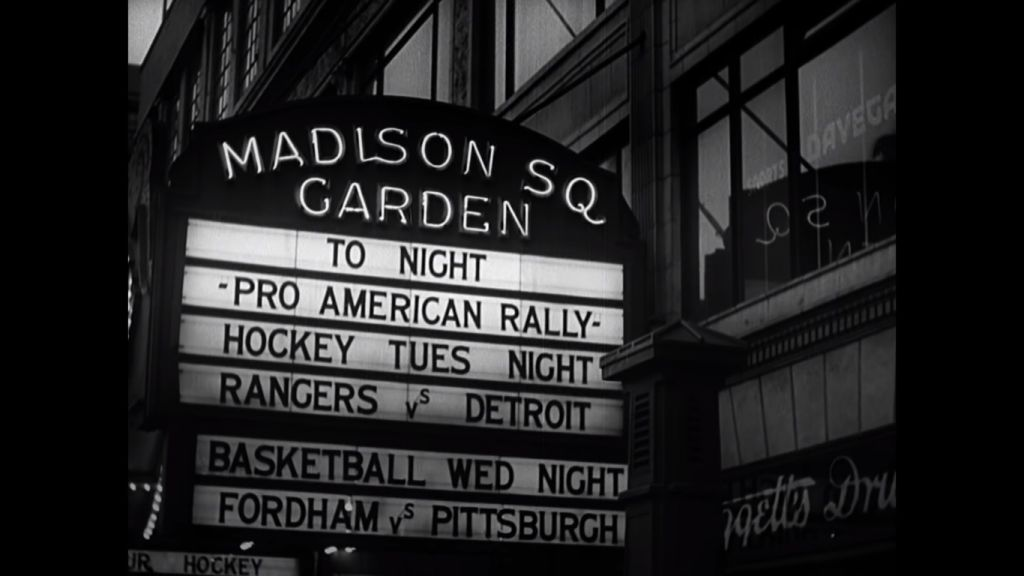 Capture d'écran d'une vidéo montrant un panneau annonçant un rassemblement du mouvement German American Bund à   Madison Square Garden au mois de février 1939 (Capture d'écran : YouTube/Field of Vision – A Night at the Garden)