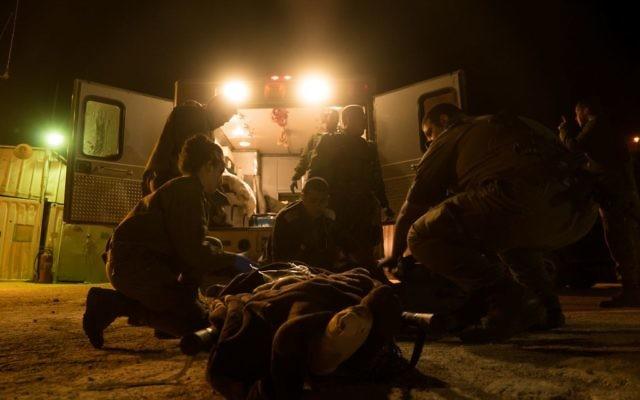 Sur cette photo non datée transmise le 19 juillet 2017, des soldats de l'armée israélienne soignent un blessé syrien dans la zone du plateau du Golan (porte-parole de l'armée)