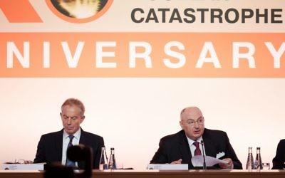 L'ancien Premier ministre britannique Tony Blair, à gauche, aux côtés de  Viatcheslav Moshe Kantor, président du Forum du Luxembourg sur la prévention des catastrophes nucléaires lors de la 10ème conférence annuelle du groupe à Paris le 9 octobre 2017 (Autorisation)