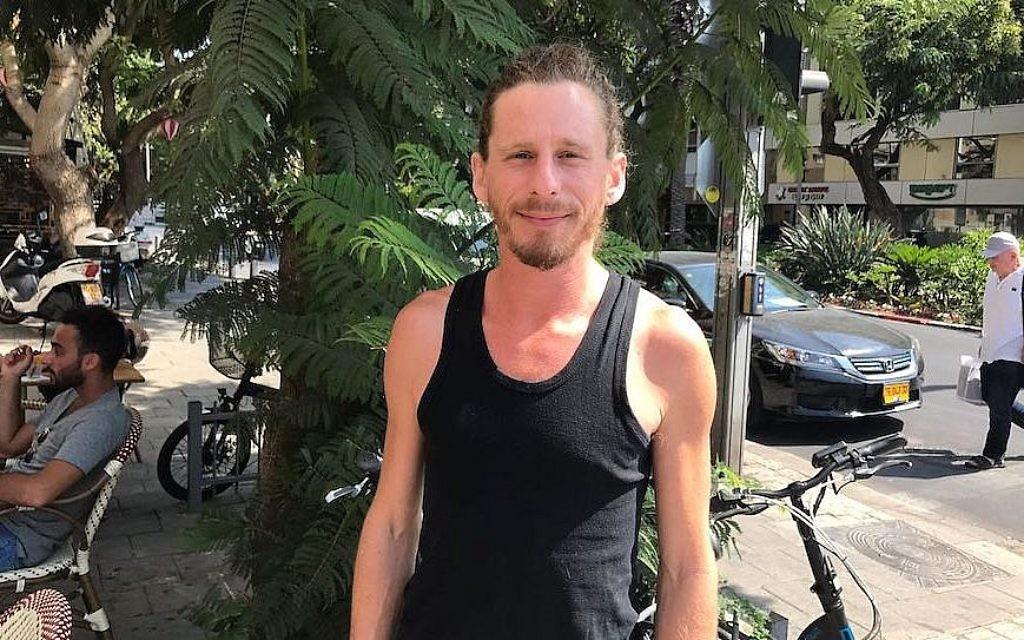 Sam Goodriche aux abords d'un café de Tel Aviv, le 24 septembre 2017 (Crédit : Andrew Tobin)