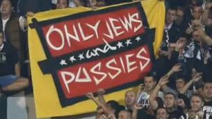 Photo d'illustration : Des fans brandissent une bannière antisémite durant un match de Ligue européenne à Belgrade entre le club britannique de Tottenham et le Partizan de Belgrade, le 18 septembre 2014 (Capture d'écran : YouTube/Danger News, illustration)