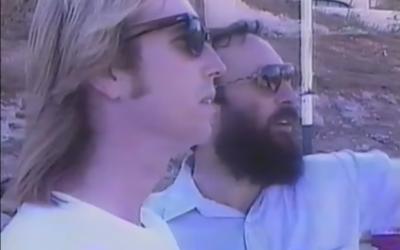 Tom Petty avec le membre du groupe Diaspora Yeshiva Band Avraham Rosenblum, à Jérusalem en 1987 (Capture d'écran : YouTube)