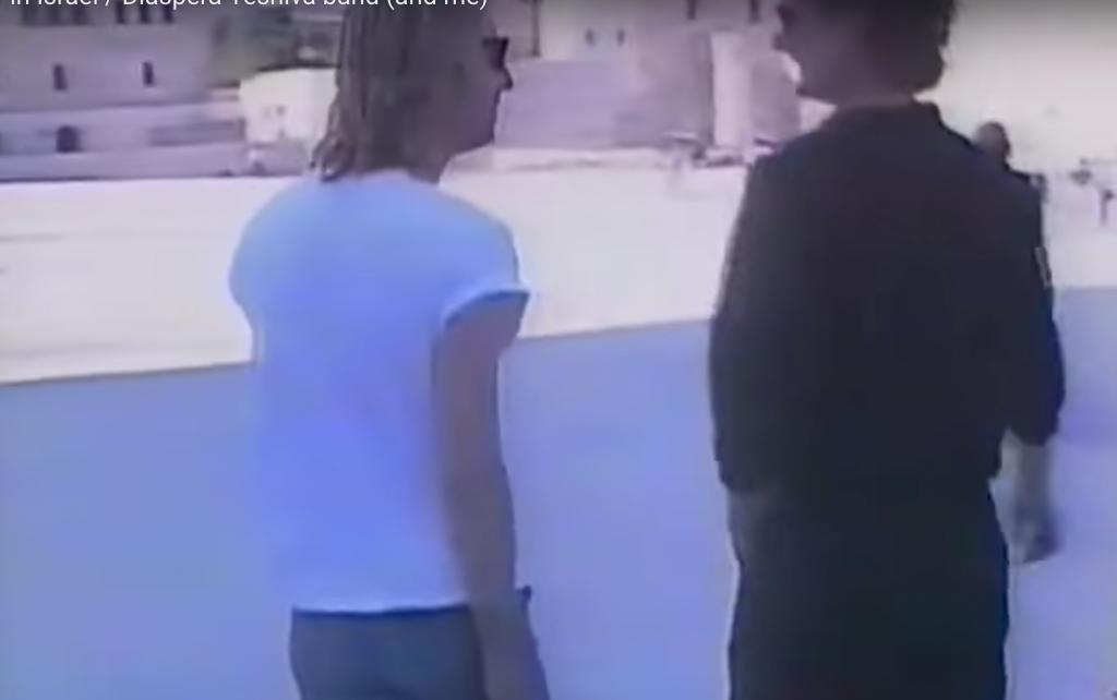 Tom Petty (à gauche) et le batteur Stan Lynch, aux abords du mur occidental de Jérusalem, en 1987 (Capture d'écran : YouTube )
