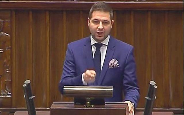 Le vice-ministre polonais de la Justice, Patryk Jaki, s'adresse au Parlement, le 22 décembre 2015 (Crédit : Capture d'écran / YouTube)