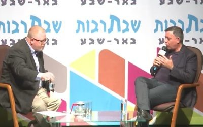 Le chef du parti travailliste Avi Gabbay, à droite, interrogé lors d'un événement culturel à Beer sheva le 14 octobre 2017 (Capture d'écran : Youtube)
