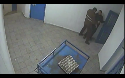 Un détenu palestinien poignarde un gardien israélien dans la prison de Nafha, dans le sud du pays, le 1er février 2017. (Crédit : capture d'écran)