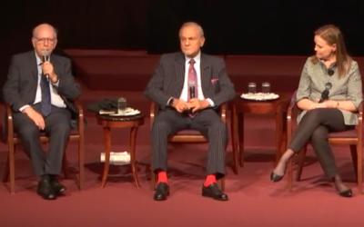 Efraim Halevy, à gauche, ancien chef du Mossad, le prince Turki ben Fayçal al-Saoud, ancien chef des renseignements saoudiens, au centre, et Michèle Flournoy, ancienne sous-secrétaire américaine en charge de la politique de défense, à droite, pendant une table ronde organisée par l'Israel Policy Forum, à la synagogue Emanu-El de New York, le 22 octobre 2017. (Crédit : capture d'écran)