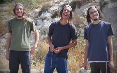 """De gauche à droite : Yedidya Schlissel, Yehoshua Lambiasi, et Yitzhak Ettinger, des """"Jeunes des Collines"""". (Crédit : YouTube)"""