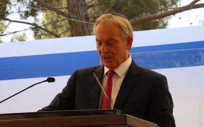 Tony Blair, ancien Premier ministre britannique, pendant la cérémonie de commémoration du premier anniversaire de la mort de Shimon Peres au mont Herzl, à Jérusalem, le 14 septembre 2017. (Crédit : Josef Avi Yair Engel)