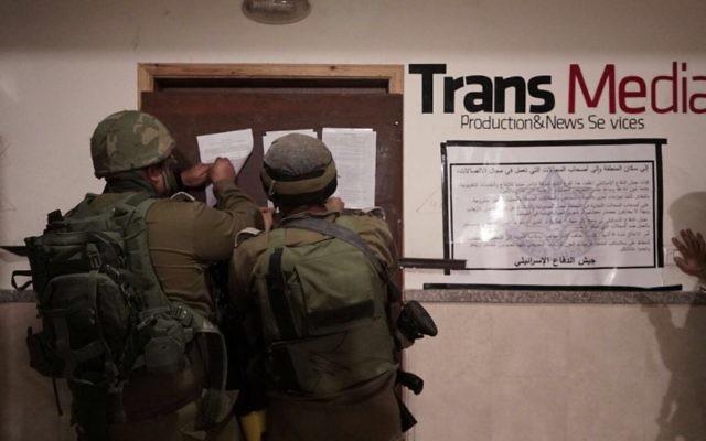 Opération de l'armée israélienne et du Shin Bet dans les bureaux de TransMedia, en Cisjordanie, le 17 octobre 2017. (Crédit : armée israélienne)