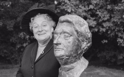Truus Wijsmuller avec un buste ressemblant à Amsterdam, en  1965. (Crédit : GaHetNA via Wikicommons)