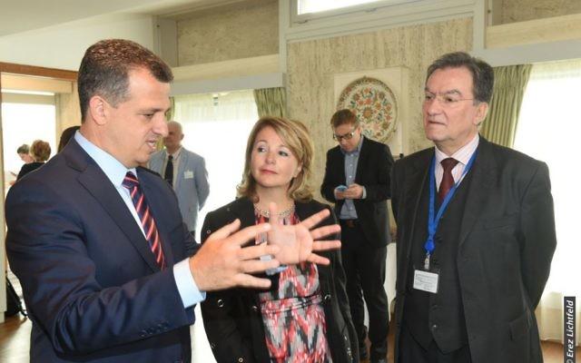 L'ambassadeur israélien à l'UNESCO Carmel Shama-Hacohen, à gauche, parle au président du Conseil exécutif de l'UNESCO  Michael Worbs (Crédit : Erez Lichtfeld)