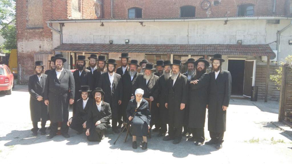 Un groupe de Vizhnitz Hassidiques visite le site de la synagogue construite par leur secte en 1933 et abandonnée en 1936 avant l'Holocauste (Autorisation)