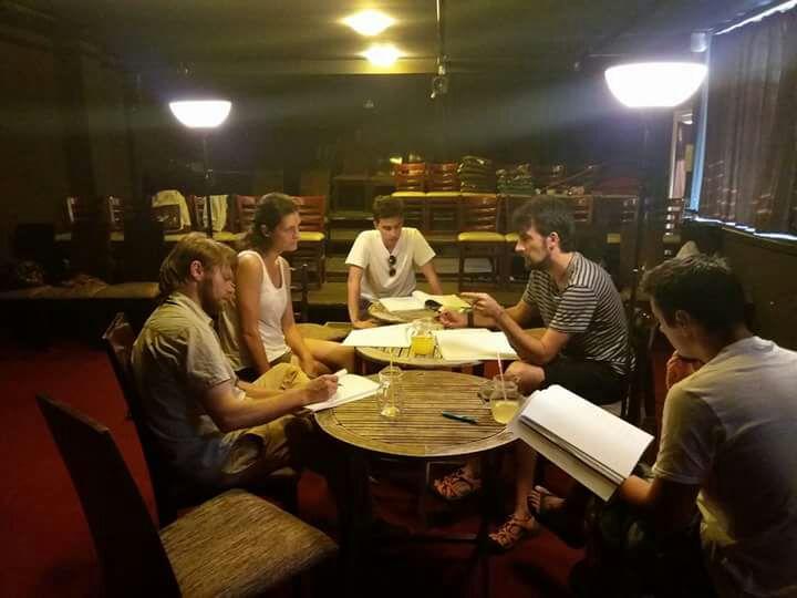 Des acteurs font une lecture de table au théâtre indépendant d'Oradea (Autorisation)