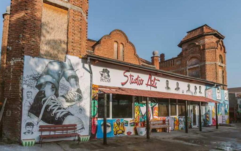 L'extérieur du bar de jazz casher et du théâtre indépendant d'Oradea (Autorisation)