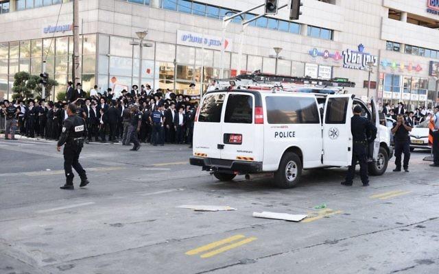 Des manifestants ultra-orthodoxes contre le service militaire obligatoire à Bnei Brak, le 17 octobre 2017. (Crédit : police israélienne)