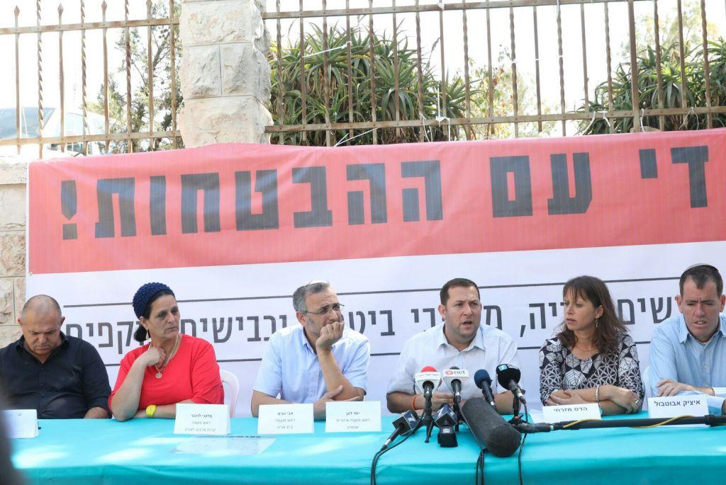Conférence de presse des dirigeants des implantations et de membres de familles endeuillées par le terrorisme, devant la résidence du Premier ministre, à Jérusalem, le 18 octobre 2017. (Crédit : Miri Tzachi)