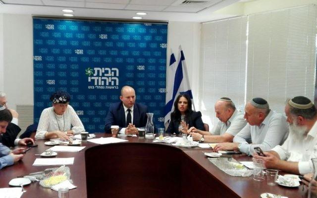 Naftali Bennett, au centre, entouré de Shuli Moalem-Refaeli, à sa droite, et d'Ayelet Shaked, à sa gauche, pendant la réunion du groupe parlementaire d'HaBayit HaYehudi, à la Knesset, le 23 octorbe 2017. (Crédit : autorisation)