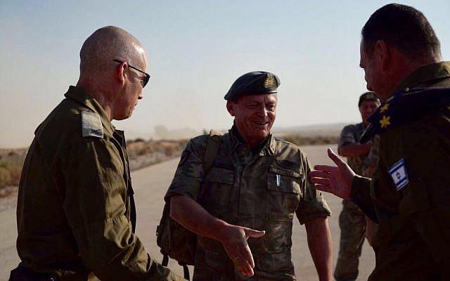 Le chef de la garde nationale chypriote, Llias Leontaris, au centre, lors d'un exercice conjoint israélo-chypriote avec le brigadier général Uri Gordin, de la 98e division de Tsahal, à droite, à la base d'entraînement de l'armée israélienne à Tzeelim dans le sud d'Israël le 25 octobre 2017 (Crédit : Tsahal)