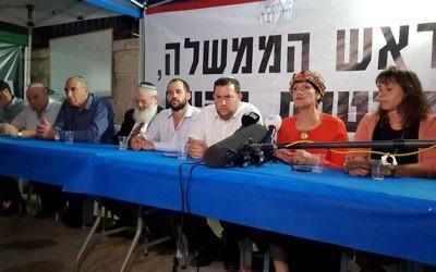 Les membres de HaBayit HaYehudi assis dans une tente de protestation avec le président du Conseil régional de Samarie, Yossi Dagan (3e à droite) devant la résidence du Premier ministre à Jérusalem le 25 octobre 2017 (Crédit : Autorisation Conseil régional de Samarie)