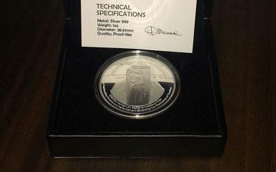 La médaille distribuée par les Emirats arabes unis à tous les membres de l'UNESCO en l'honneur des rénovations financées par le pays au siège de l'agence, sauf à Israël, le 30 octobre 2017. (Crédit : autorisation)
