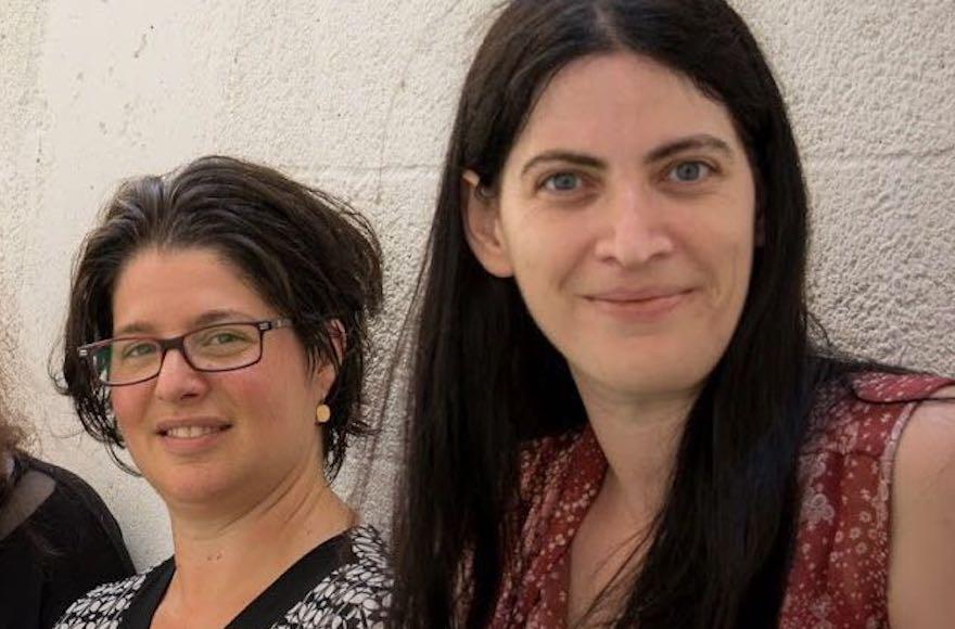 """Gal Shargill, à droite, et Shlomit Havron sont les fondatrices du projet de sensibilisation au harcèlement sexuel """"Une personne sur une"""" (Autorisation : Une personne sur une)"""