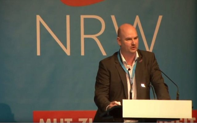Mario Mieruch, l'un des fondateurs du parti Alternative pour l'Allemagne (AfD), prononçant un discours en mars 2017 (Crédit : Capture d'écran YouTube)