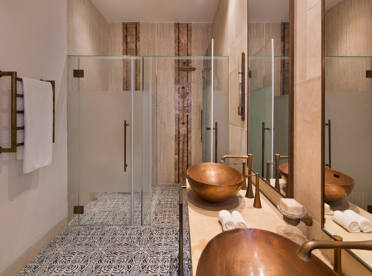 Les salles du bain du nouvel hôtel d'Isrotel, l'Orient, à Jérusalem. (Crédit : Assaf Pinchuk)