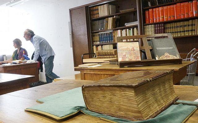 La bible hébraïque Abravanel du 15ème siècle à l'université de Coimbra. (Crédit : Cnaan Liphshiz)