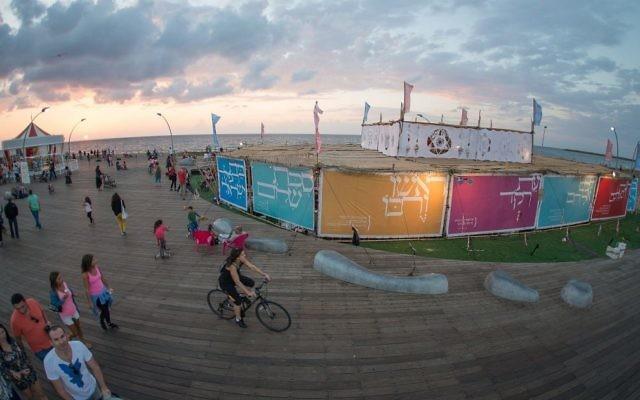 La soucca de 700 m² de l'association israélienne Beit Tefilah, au port de Tel Aviv, ici en 2016. (Crédit : Beit Tefilah)