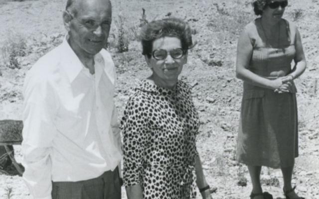 Camille et Denise Mathieu en 1978, plantant leur arbre des Justes en Israël (Crédit: Yad Vashem France)