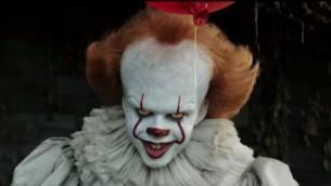 """Une image du film """"Ca"""" qui aurait aidé à inspirer le phénomène des imitations de clowns dans le nord d'Israël (Capture d'écran : Youtube)"""