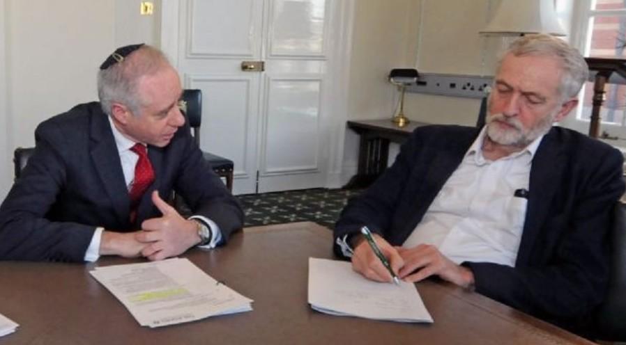 Jonathan Arkush, président du Board of Deputies britannique, avec le chef du parti travailliste Jeremy Corbyn, le 9 février 2016 (Autorisation)