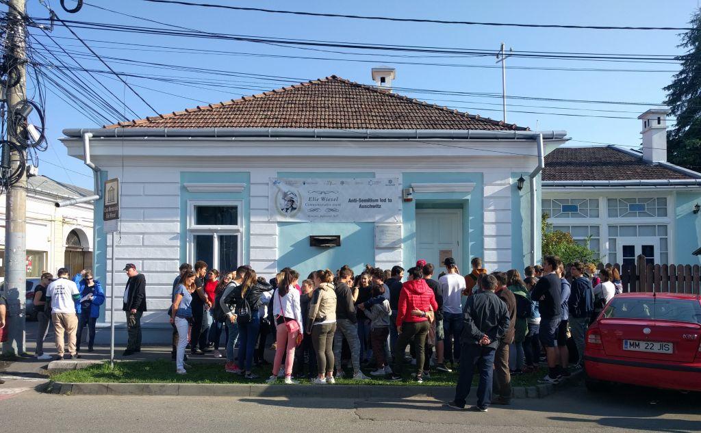 Un groupe de lycéens roumains attendent devant la maison d'enfance d'Elie Wiesel avant d'entrer dans ce qui est maintenant un musée de l'Holocauste, le 11 septembre 2017 (Crédit : Yaakov Schwartz/Times of Israel)