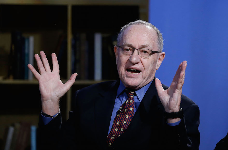 Alan Dershowitz at NEP Studios à New York, le 3 février 2016 (Crédit : John Lamparski/Getty Images for Hulu, via JTA)