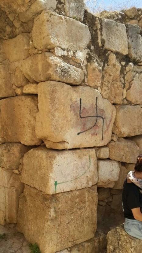 Croix gammées retrouvées sur un site archéologique de l'implantation de Susya en Cisjordanie, en 2014. (Crédit : conseil régional de Har Hebron)