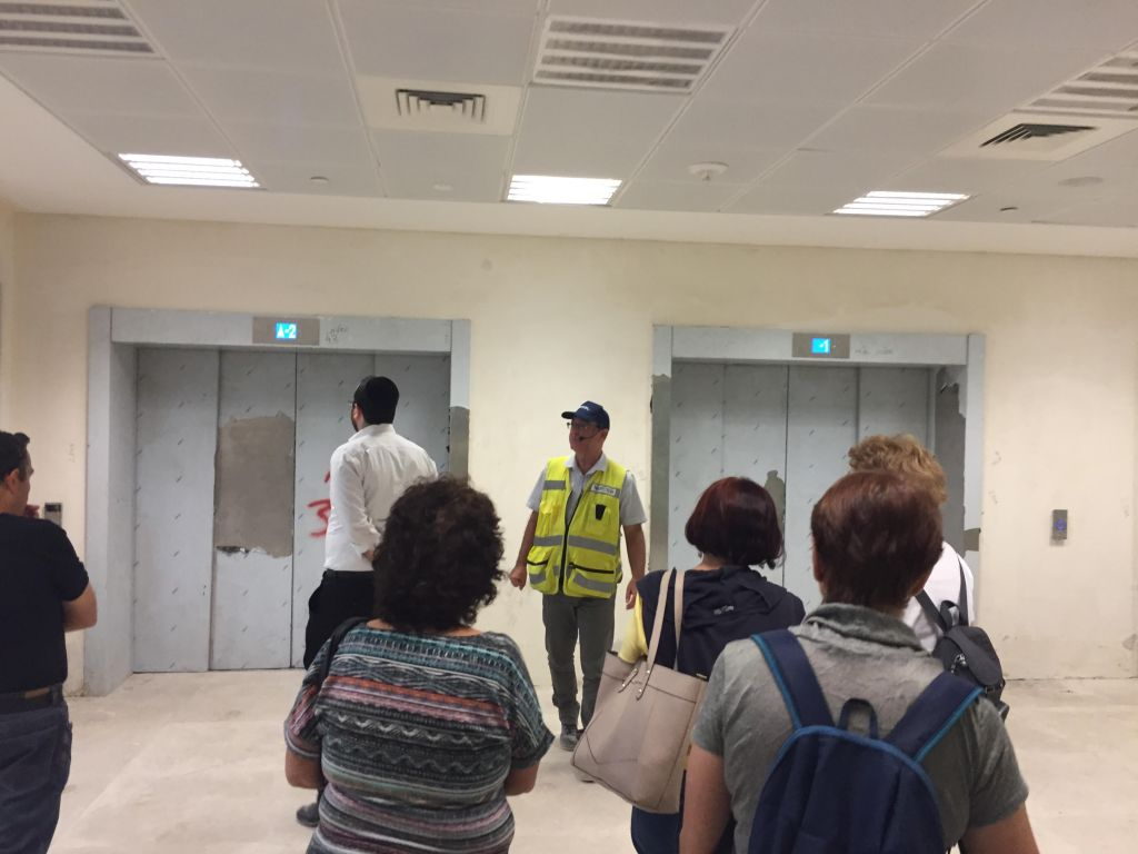 Les ascenseurs qui mènent à la plateforme et qui en remontent à la gare Yitzhak Navon de Jérusalem, le 27 octobre 2017 (Crédit : Equipe du Times of Israel)