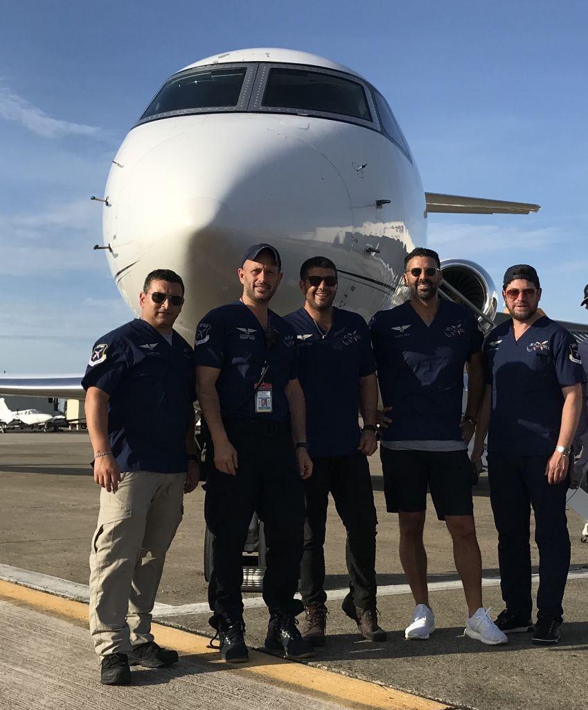 Eli Rowe, 2e à gauche, avec des bénévoles de son équipe devant l'avion prêté pour le voyage à San Juan, la capitale de Puerto Rico, après l'ouragan Maria, le 25 septembre 2017. (Crédit : Eli Rowe via JTA)