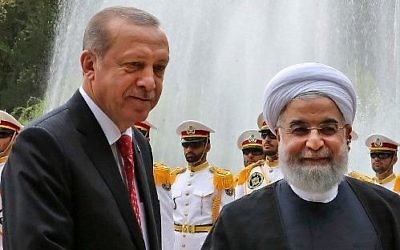 Le président turc Recep Tayyip Erdogan, à gauche, avec son homologue iranien Hassan Rouhani, à Téhéran, le 4 octobre 2017. (Crédit : présidence iranienne/HO/AFP)