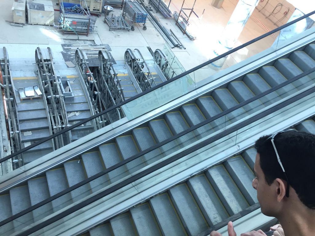 Une cascade d'escaliers roulants à l'intérieur de la gare Yitzhak Navon à Jérusalem, le 27 octobre 2017 (Crédit : Equipe du Times of Israel)