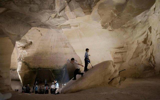 Touristes dans des grottes d'Israël. Illustration. (Crédit : Yonatan Sindel/Flash90)