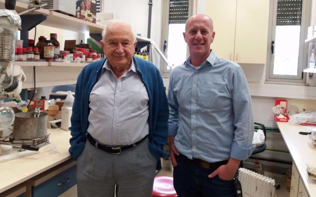 Le professeur Raphael Mechoulam de l'université hébraïque, à gauche, avec Clifton Flack, fondateur de CIITECH. (Crédit :autorisation)