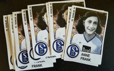 Autocollants montrant une photographie modifiée d'Anne Frank avec le maillot de l'équipe allemande de football de Schalke, retrouvés à Düsseldorf, en Allemagne, en octobre 2017. (Crédit : Twitter)