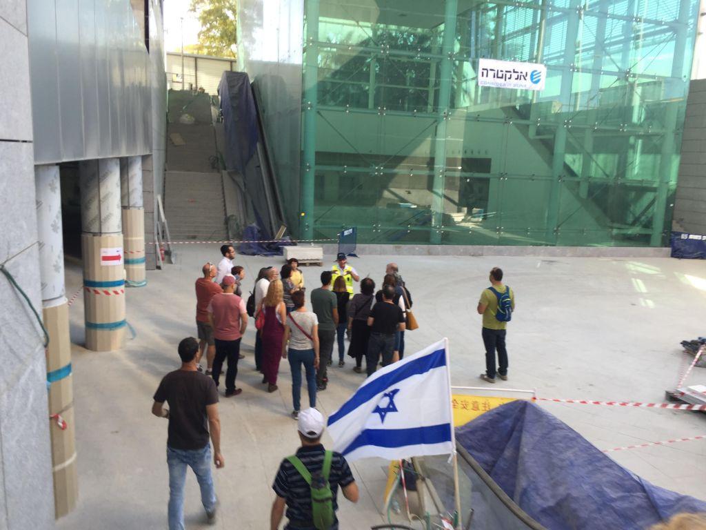 Un groupe s'apprête pour un tour dans la gare Yitzhak Navon, le 27 octobre 2017 à Jérusalem (Crédit : Equipe du Times of Israel)